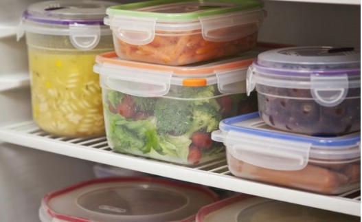 Che đậy thực phẩm bằng hộp nhựa để tránh côn trùng, động vật