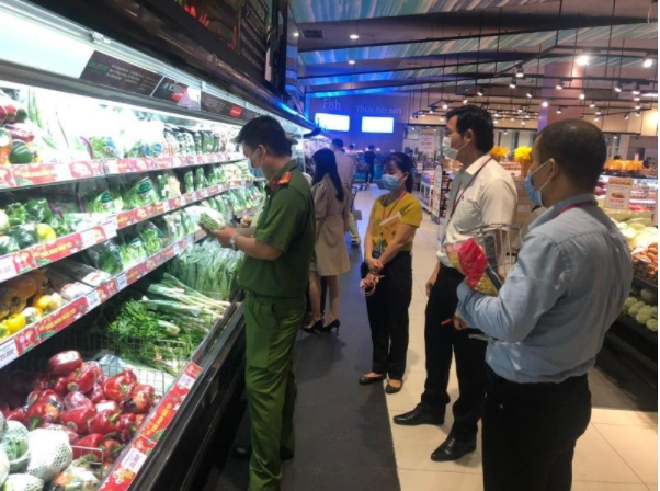 Chi cục an toàn thực phẩm kiểm tra các mặt hàng sản phẩm